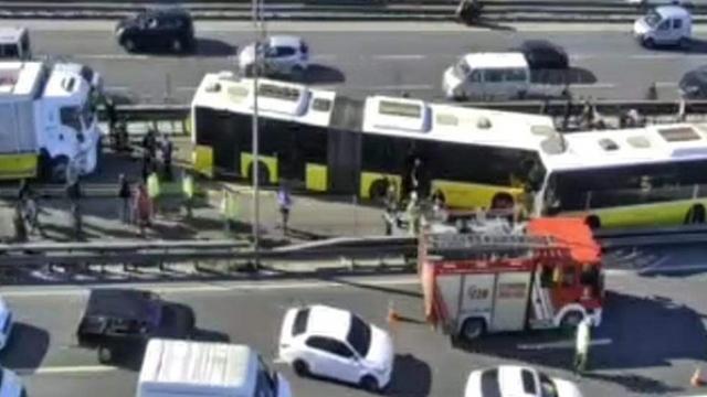 Avcılar'da iki metrobüs çarpıştı