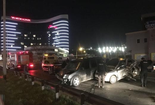 Pendikte hafif ticari araçla otomobilin çarpıştığı kazada 5 kişi yaralandı