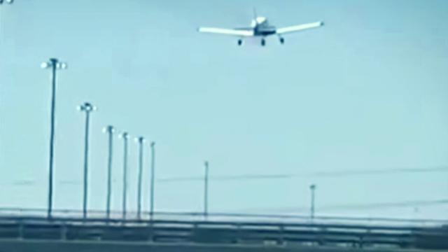 Kanada'da eğitim uçağı otoyola indi
