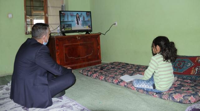 Evleri yanan kardeşlere derslerini takip edebilmeleri için televizyon hediye edildi