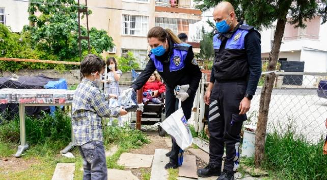 Polislerden evden çıkamayan çocuklara hediye