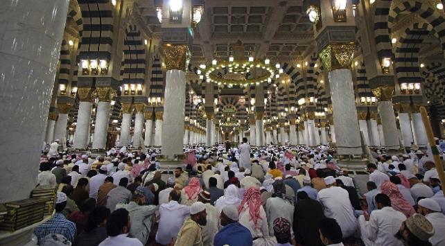 Suudi Arabistanda teravih ve bayram namazı evde kılınacak