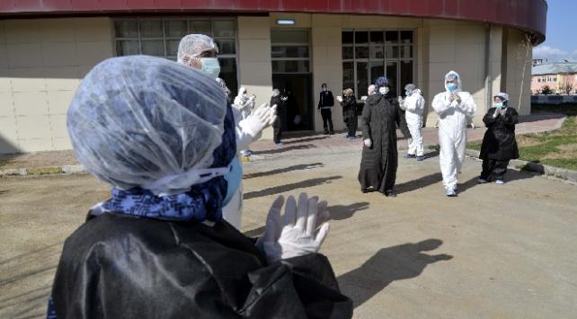 Muşta koronavirüs tedavisi tamamlanan 4 kişi alkışlarla taburcu edildi