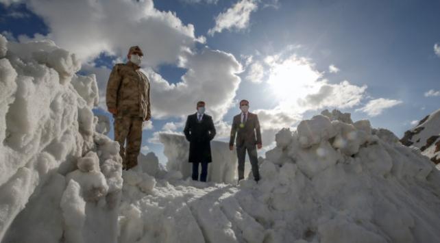 Çığ faciası yaşanan Bahçesaray yolunda karla mücadele sürüyor