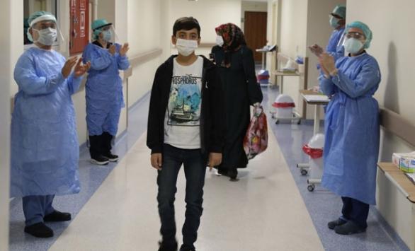 Koronavirüsü yenen 14 yaşındaki çocuk taburcu edildi