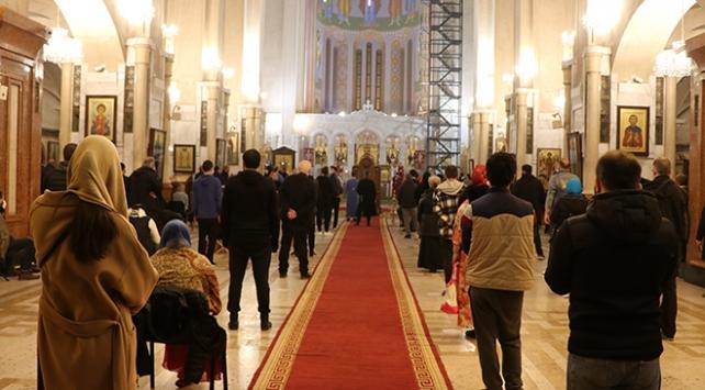 Gürcistanda sokağa çıkma yasağına rağmen halk kiliselere akın etti