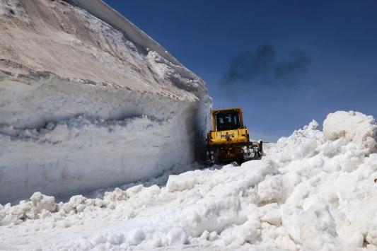Ağrıda 6 aydan beri kapalı köy ve mezra yolları ekiplerce açılıyor