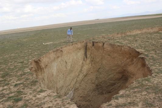Konya Karapınarda 35 metre çapında 15 metre derinliğinde yeni obruk