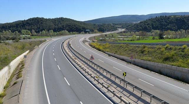 Günlük 18 bin aracın geçtiği kara yolu sessizliğe büründü