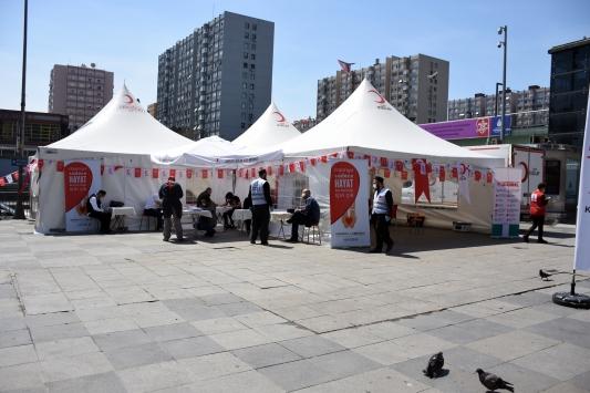İstanbulda kan bağışçıları kampanya düzenledi