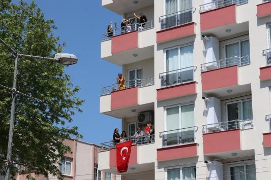 Mersinde sokağa çıkamayan vatandaşlar evlerinin balkonlarında müzik eşliğinde eğlendi