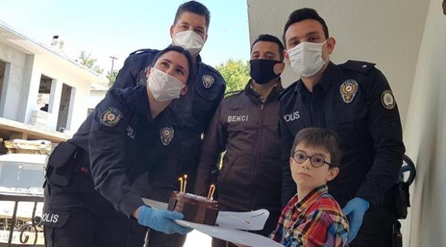 Polislerden küçük Emire doğum günü sürprizi