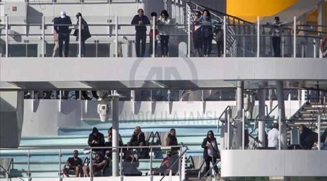 Akdenizde kurtarılan mülteciler İtalyan feribotunda karantinaya alındı