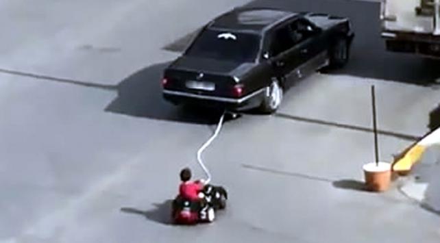 Akülü araçtaki çocuğunu otomobille çeken baba gözaltına alındı