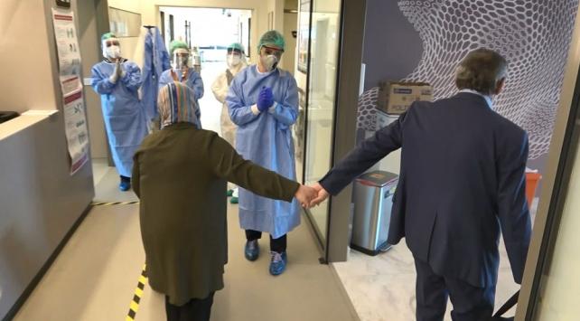 Koronavirüs tedavisi tamamlanan çift el ele taburcu oldu