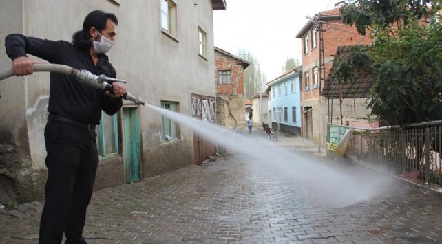 Köyün sokaklarını termal suyla yıkıyorlar