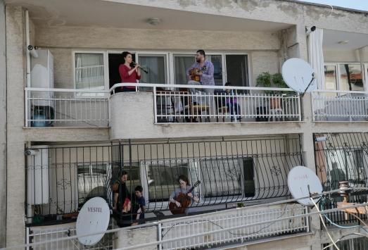 Sanatçı çift komşularına balkon konseri verdi