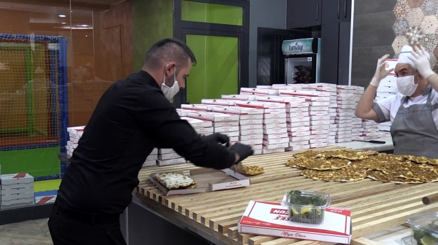 Konyada bir hayırsever kentte görev yapan polislere yemek ikram etti