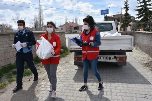 Türk Kızılay Kayseri Şubesinden Tomarzada ihtiyaç sahiplerine yardım kolisi