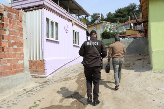 """Polis, bekçi ve postacılar kapıları """"destek"""" için çalıyor"""