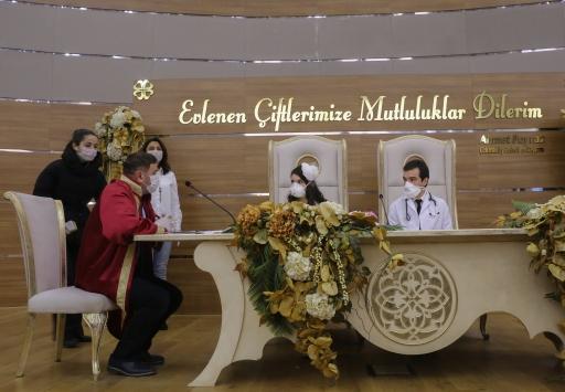 Kovid-19 ile mücadelede görev yapan doktor çiftin nikahı kıyıldı
