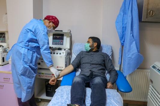 Koronavirüsü yenen 3 kişi immün plazma bağışçısı oldu
