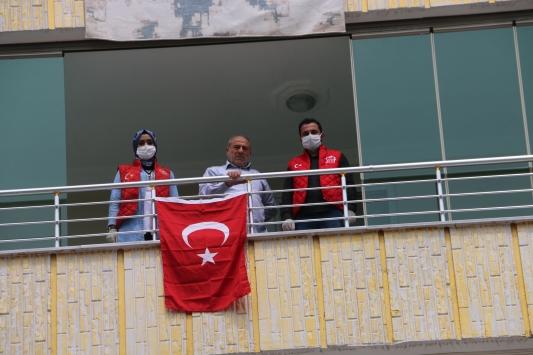 Şehit babası, Vefa Sosyal Destek Grubundan yıpranan Türk bayrağının yerine yenisini istedi