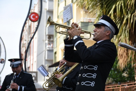 Tarsus Belediyesinin bando takımından sokak konseri