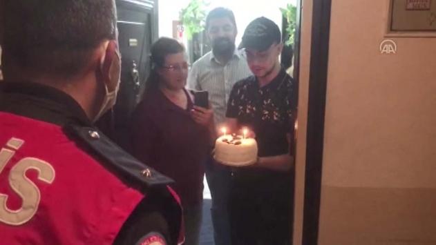18 yaşına giren gence polislerden sürpriz doğum günü kutlaması