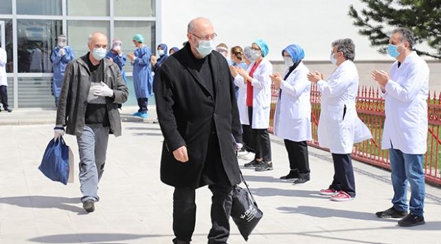 Erzurumda koronavirüsü yenen 26 kişi daha alkışlarla taburcu edildi