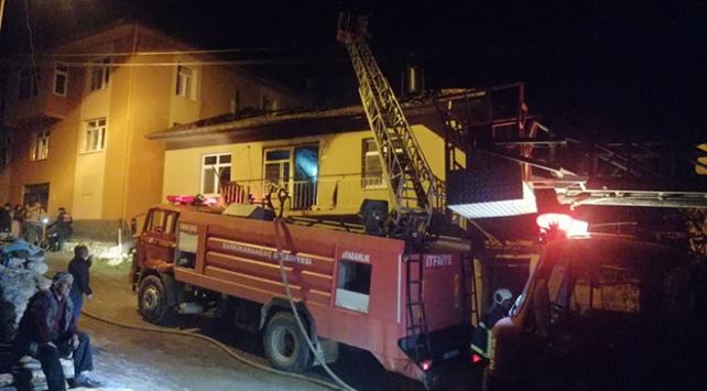 Ispartada çıkan yangında 2 katlı ev kül oldu