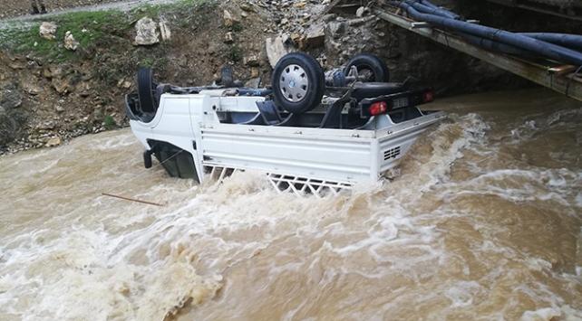 Vanda kamyonet dereye uçtu, 2 kişi boğulmaktan son anda kurtuldu