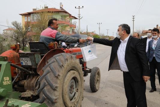 Çubukta mahallelerde vatandaşlara dezenfektan ve maske dağıtıldı