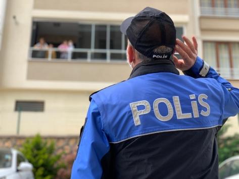 Kahramanmaraşta bir çocuk sitede gördüğü polislere 23 Nisan şiiri okudu