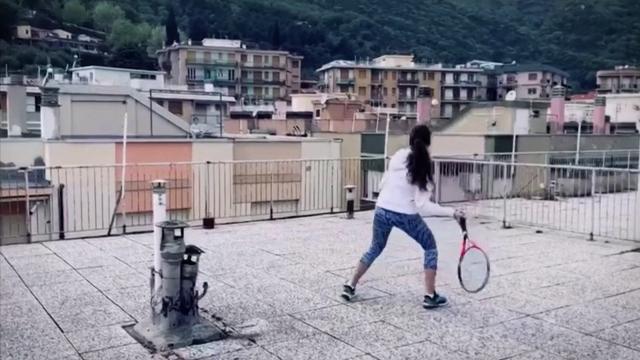 İtalya'da evden çıkamayan komşular terasta tenis maçı yaptı