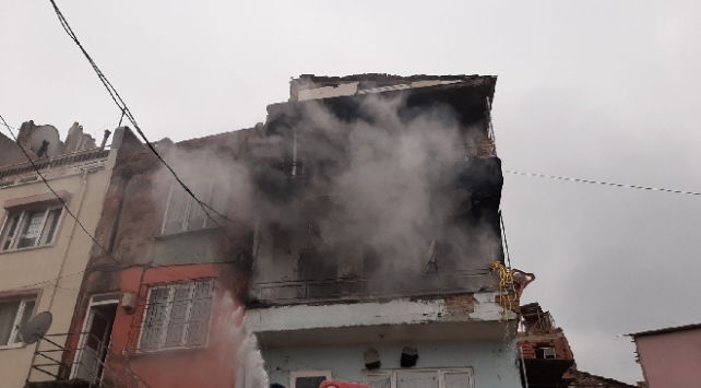 Balıkesirde 3 katlı binada yangın