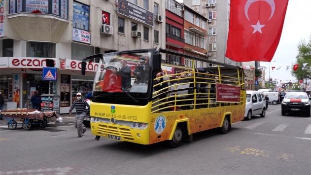 Balıkesirde evde kalanlar için üstü açık otobüsten konser