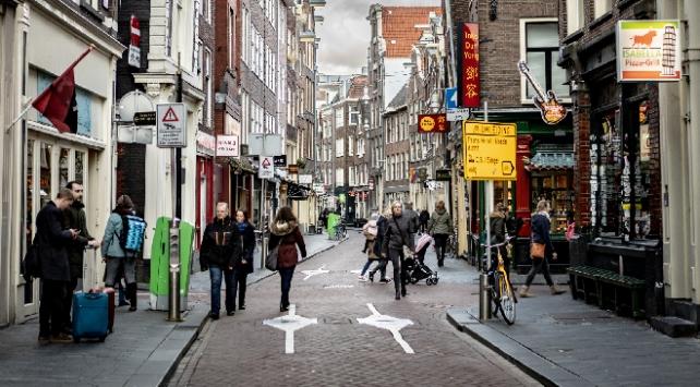 Hollandada koronavirüs tedbirleri esnetiliyor