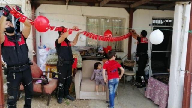 Polislerden Hayatican'ın evine 23 Nisan süslemesi