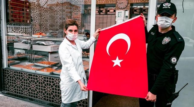 İstanbulda 23 Nisan için 100 bin bayrak dağıtıldı