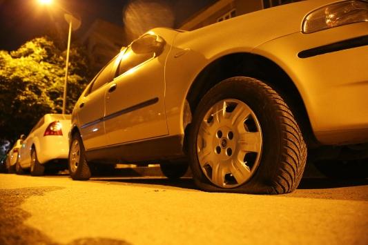 Manisada park halindeki araçların lastikleri kesildi