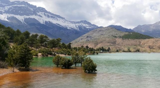 Kar suları ile oluşan baraj gölü görsel şölen sunuyor