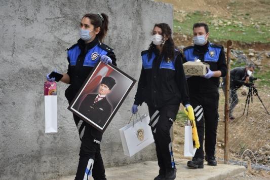Şırnak polisi 23 Nisan için evlerini süslemek isteyen çocukların yüzünü güldürdü