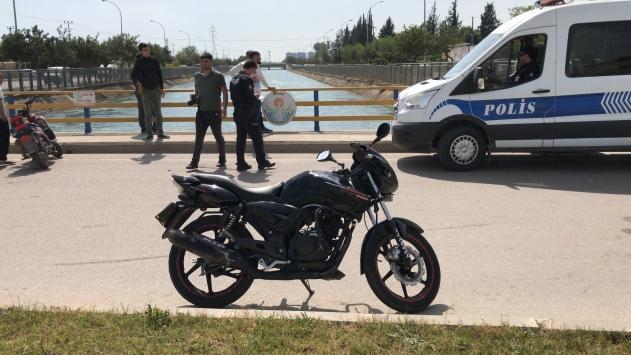 Adanada otomobil ile motosiklet çarpıştı: 3 yaralı