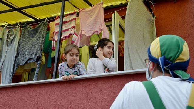 Gönüllü palyaçolar evde kalan çocukları eğlendirdi