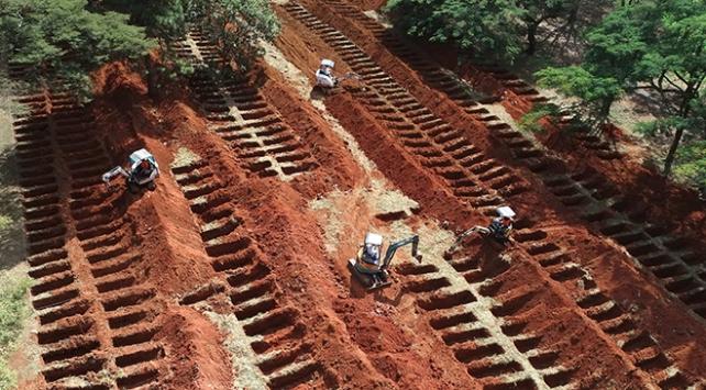 Brezilyada koronavirüs salgınından ölenler için toplu mezarlar kazıldı
