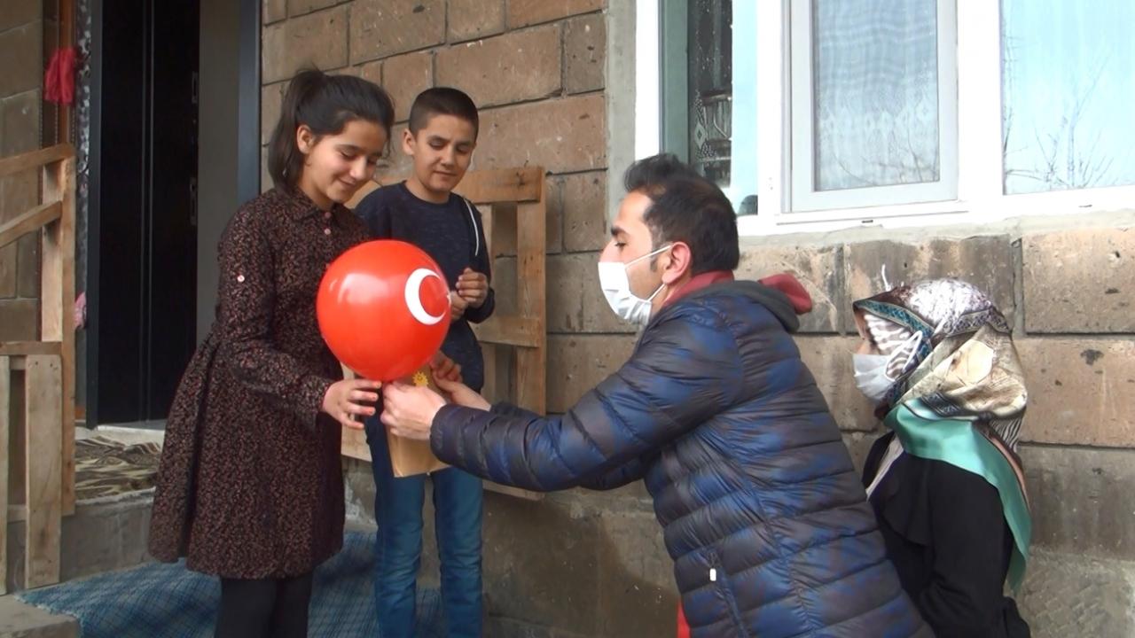 Öğretmenler ev ev dolaşıp öğrencilerine sürpriz yaptı