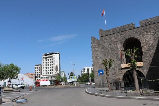 Diyarbakır ve Mardinde kısıtlamanın ardından sokaklar ve tarihi mekanlar boş kaldı