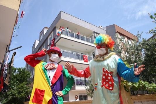 Evde kalan çocuklar, bayram coşkusunu palyaçolu sürpriz etkinlikle yaşadı