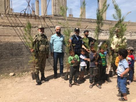 Tel Abyadda çocuklar 23 Nisan dolayısıyla fidan dikti